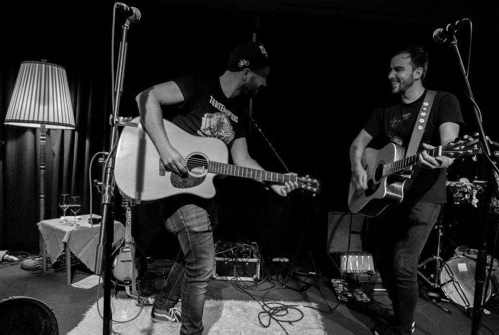 Uwe Mailänder spielt auf der Bühne entweder Solo, mit einzelnen Musikern oder mit Band.