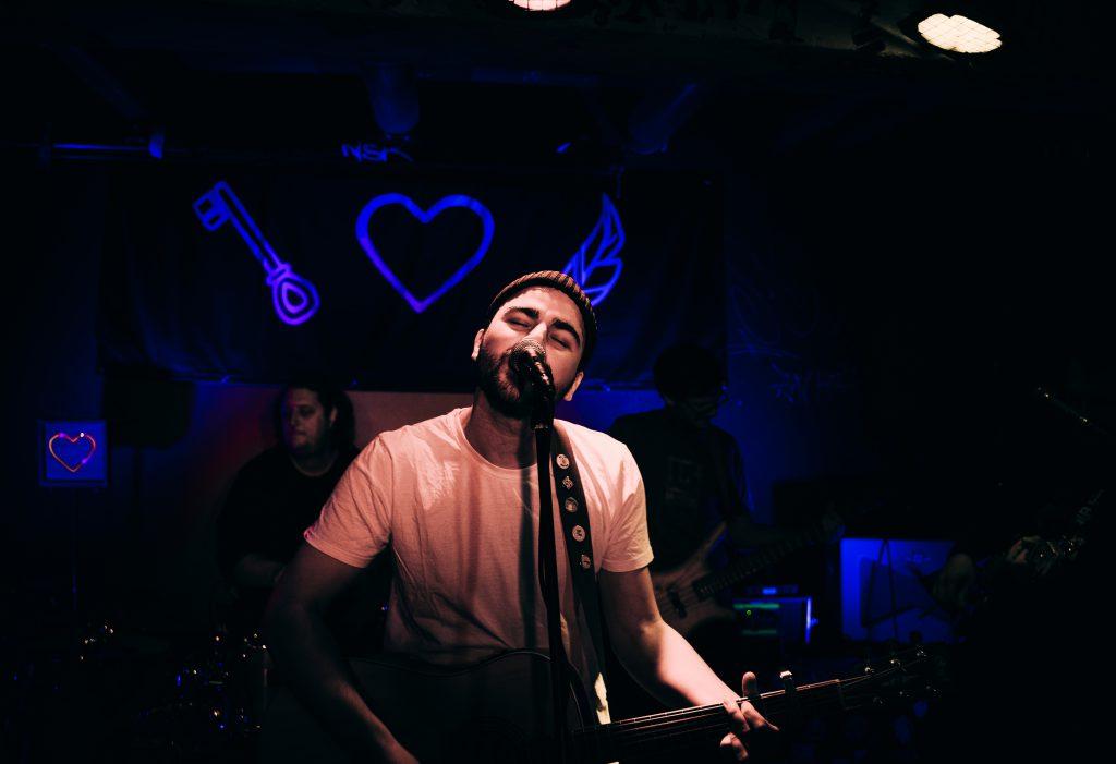Der Singer-Songwriter Mailänder spielt mit seiner Band auf seiner Release-Show im Sunny Red in München. Foto: Mario Gschneider